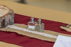 Centro rustico della Tabella delle decorazioni di nozze immagini stock libere da diritti