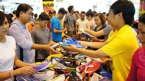 Centro shoping aglomerado, venda fora da estação Fotos de Stock