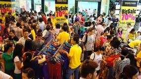 Centro shoping aglomerado, venda fora da estação Foto de Stock Royalty Free