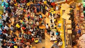 Centro shoping aglomerado, venda fora da estação Fotografia de Stock