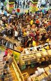 Centro shoping aglomerado, venda fora da estação Fotos de Stock Royalty Free