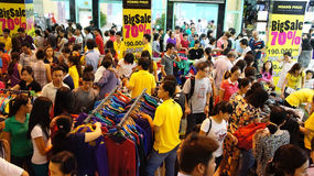Centro shoping ammucchiato, vendita fuori stagione Fotografia Stock Libera da Diritti