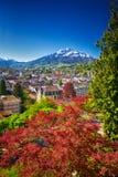 Centro storico di Lucerna con le alpi famose della montagna e dello svizzero di Pilatus, Lucerna, Svizzera Fotografia Stock