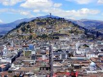 Centro storico di Quito, Ecuador Vista alla collina di Panecillo immagini stock