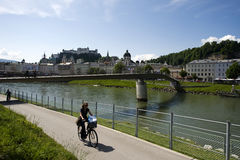 Centro storico di Salisburgo dalla riva del fiume immagine stock libera da diritti