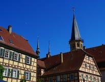 Centro storico di Weikersheim con i campanili della chiesa e le costruzioni del fachwerk immagine stock