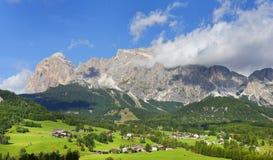 Centro turístico alpino cerca de la cortina D Ampezzo Foto de archivo