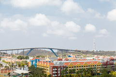 Centro turístico colorido debajo del puente azul en Curaçao Foto de archivo libre de regalías