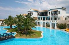 Centro turístico con la piscina foto de archivo