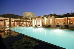 Centro turístico con la piscina del swimmimg en la noche fotografía de archivo libre de regalías