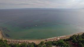 Centro turístico con las cabañas en la costa del mar azul extenso, aérea metrajes
