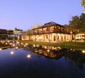 Centro turístico con las velas en el agua foto de archivo