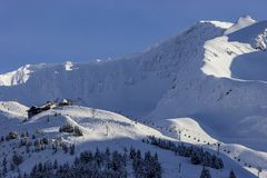 Centro turístico de Alyeska en las montañas de Chugach cerca de Anchorage, Alaska Foto de archivo libre de regalías