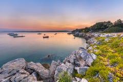Centro turístico de costa rocoso croata Imagen de archivo libre de regalías