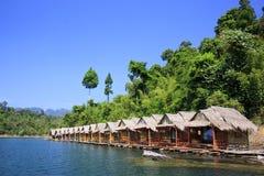 Centro turístico de la orilla del estilo de la cabaña Imagen de archivo libre de regalías