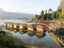 Centro turístico de la orilla del lago por mañana Fotografía de archivo libre de regalías
