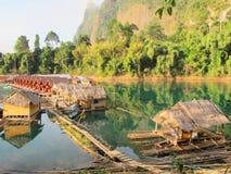 Centro turístico de la orilla del lago por mañana Foto de archivo libre de regalías