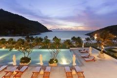Centro turístico de la piscina de Swimmimg en la noche fotos de archivo