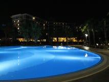 Centro turístico de lujo con la opinión hermosa de la noche de la piscina y de la iluminación Fotos de archivo libres de regalías