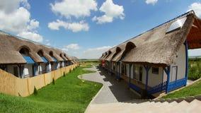 Centro turístico de lujo con las cabañas cubiertas con paja tradicionales en el delta de Danubio almacen de metraje de vídeo