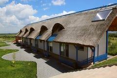 Centro turístico de lujo con las cabañas cubiertas con paja tradicionales en el delta de Danubio Fotos de archivo libres de regalías