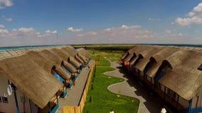 Centro turístico de lujo en el delta de Danubio, aéreo almacen de metraje de vídeo