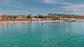 Centro turístico de lujo hermoso Orilla de mar arenosa de la playa con agua de la turquesa Los turistas se relajan, nadan y bronc almacen de video