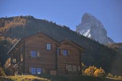Centro turístico de madera del hotel del pueblo viejo de Zermatt con el pico de Cervino en fondo foto de archivo libre de regalías