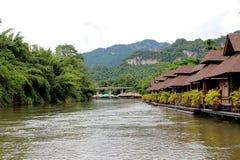 Centro turístico de madera de la balsa en paisaje del río cerca del bosque de bambú foto de archivo libre de regalías