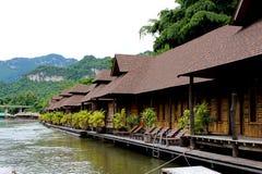 Centro turístico de madera de la balsa en paisaje del río cerca del bosque de bambú fotografía de archivo