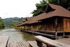 Centro turístico de madera de la balsa en paisaje del río cerca del bosque de bambú fotos de archivo libres de regalías