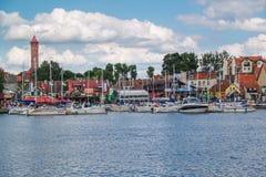 Centro turístico de Mikolajki en la región Mazury, Polonia Foto de archivo libre de regalías
