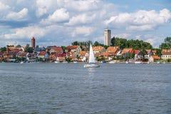 Centro turístico de Mikolajki en la región Mazury, Polonia Imágenes de archivo libres de regalías