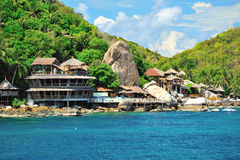 Centro turístico de montaña en el frente de mar Fotografía de archivo libre de regalías
