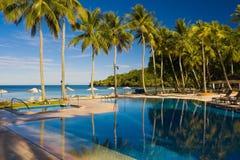 Centro turístico de vacaciones, piscina con las palmeras Imagen de archivo libre de regalías