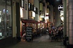 Centro turístico de Wiesbaden en la noche Fotos de archivo