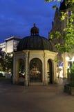 Centro turístico de Wiesbaden en la noche Imagen de archivo libre de regalías