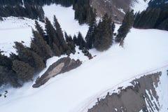 Centro turístico del esquí y de la snowboard en montañas foto de archivo libre de regalías