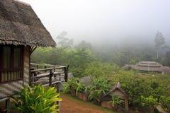 Centro turístico del estilo de la cabaña por mañana brumosa fotos de archivo