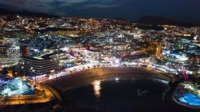 Centro turístico del hyperlapse de la noche de Tenerife en el área de los dos puntos Playa Las Américas Tenerife de Puerto almacen de video