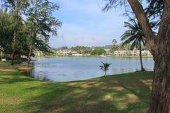 Centro turístico del Laguna Beach, PHUKET, TAILANDIA - NOV, 06, 2013: Chalet de lujo con el lago y la palma de la laguna alrededo Imagen de archivo libre de regalías