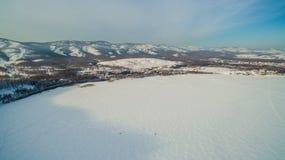 Centro turístico en el lago congelado en las montañas aéreo Ural, Rusia Fotos de archivo