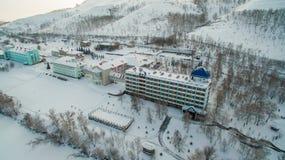 Centro turístico en el lago congelado en las montañas aéreo Ural, Rusia Imágenes de archivo libres de regalías