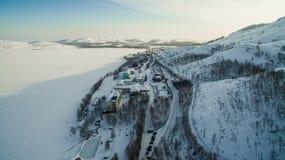 Centro turístico en el lago congelado en las montañas aéreo Ural, Rusia Imagenes de archivo