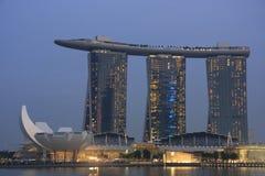 Centro turístico en la noche, Singapur de la bahía de la arena del puerto deportivo Imágenes de archivo libres de regalías