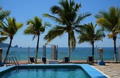 Centro turístico mexicano tropical del océano de la piscina de las palmeras Imagen de archivo