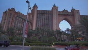 Centro turístico multimillonario famoso, hotel y parque temático de la Atlántida del dólar en la isla de Jumeirah de la palma en  almacen de video