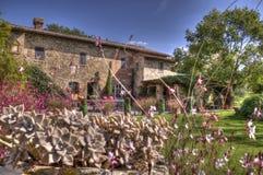 Centro turístico toscano del chalet en las plantas fotos de archivo libres de regalías