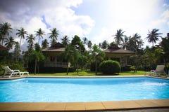 Centro turístico tropical con el jardín hermoso Imagen de archivo libre de regalías