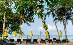Centro turístico tropical con los parasoles de playa y los sunbeds Imágenes de archivo libres de regalías